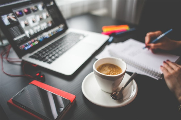 Ein Schreibtisch mit Laptop und Kaffee