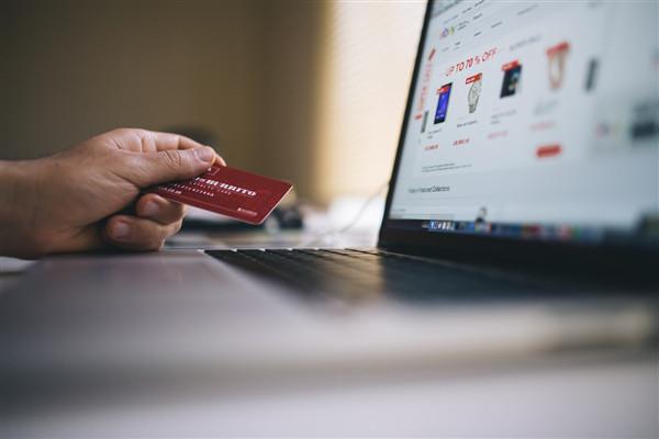 Bild von einem Laptop und einer Kreditkarte