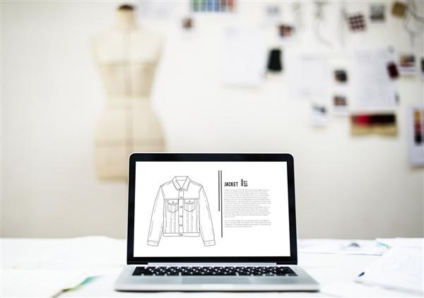 Bild eines Laptops, der einen Online Shop besucht
